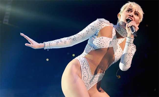 Miley Cyrus si lancia intimo e presenta i collant