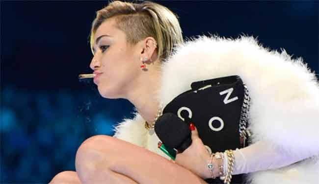 Miley Cyrus fuma marijuana e scaccia il gossip sul figlio
