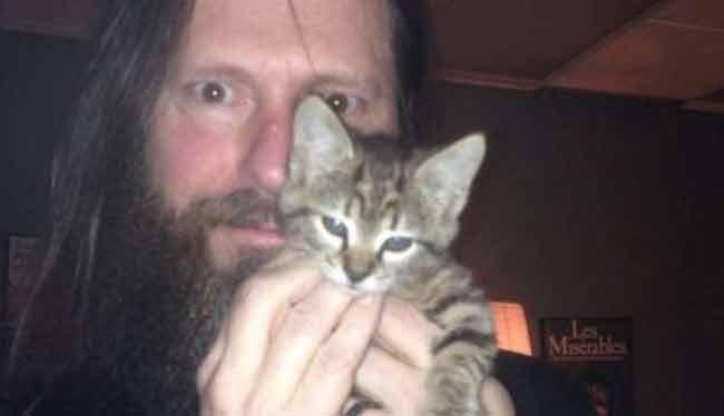 Slayer la band metal salva un gattino e lo accudisce