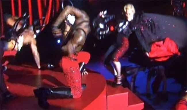 Madonna cade in diretta e il web si scatena
