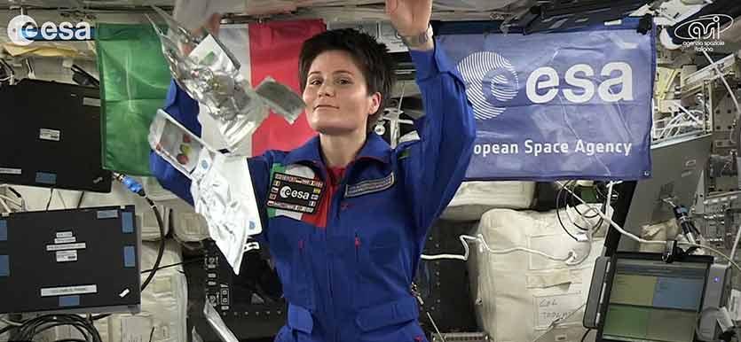 Samantha accompagna nello spazio gli americani