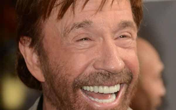 Chuck Norris 75 anni fa la verticale senza mani