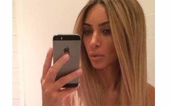 Kim Kardashian diventa bionda e lo fa 500 volte al giorno