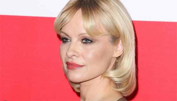 Pamela Anderson sensuale anche col nuovo taglio