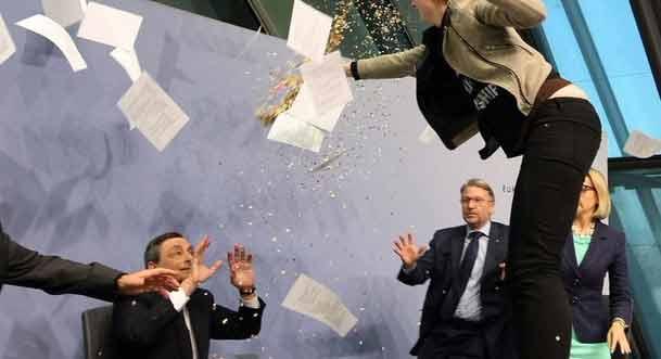 Bce e Draghi si trova la protesta sulla scrivania