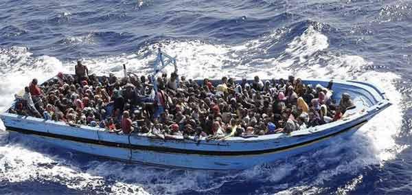 Rissa su barcone di immigrati 12 buttati in mare