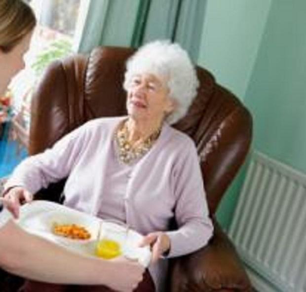 anziani-mangiano-poco-e-male