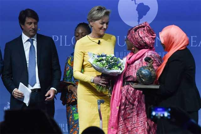 Sharon Stone il suo premio a Hawa Abdi