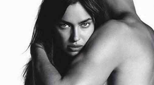 Irina Shayk si spoglia per una campagna pubblicitaria